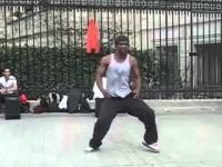 Выступления уличного танцора брейк-данса в Париже